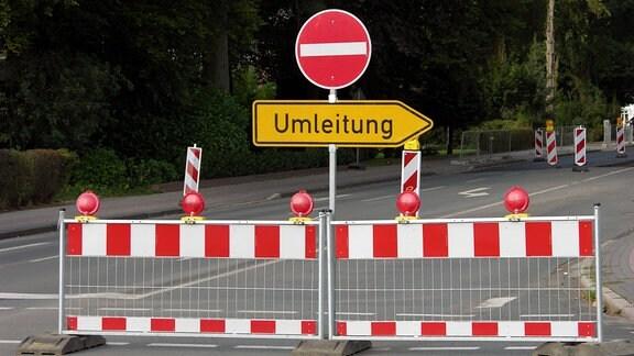 Verkehrsschilder Umleitung und Einfahrt verboten an einer Straße