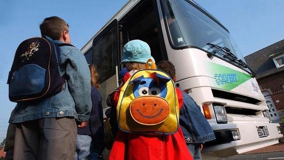 2 Kinder vor einem Schulbus