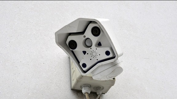 Eine Video-Überwachungskamera an einer Hauswand.