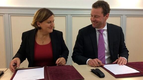 Bürgermeisterin Sylvia Hartung und K+S-Vorstandschef Burkhard Lohr unterzeichnen einen Vergleich