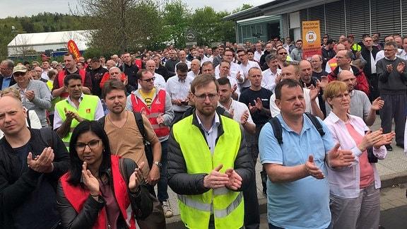 Mitarbeiter bei der Kundgebung vor dem Opel-Werk in Eisenach. Sie protestieren gegen den drohenden Stellenabbau