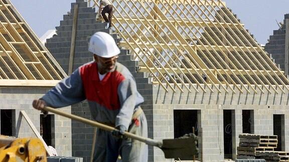Arbeiter auf einer Eigenheim-Baustelle.