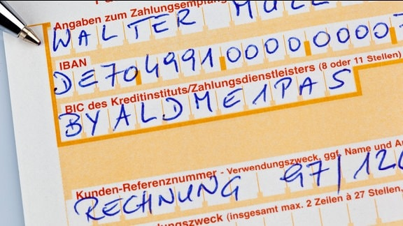Ein Zahlschein zur Überweisung mit IBAN Nummer und BIC Code in Deutschland