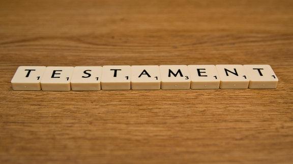 Schriftzug aus Legebuchstaben Testament
