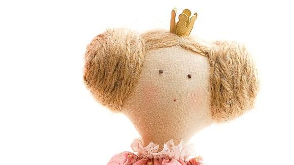 Eine Puppe, welche das Märchen von ''Prinzessin auf der Erbse'' darstellt.