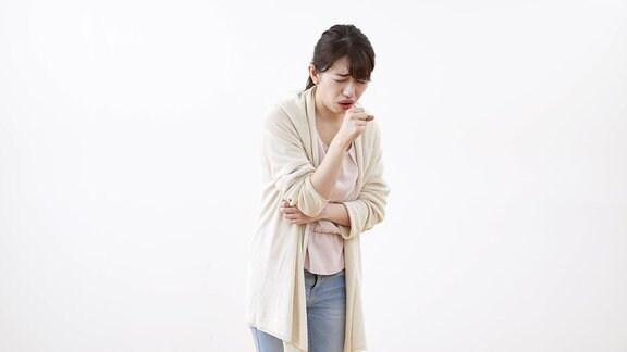 eine Japanerin hustet