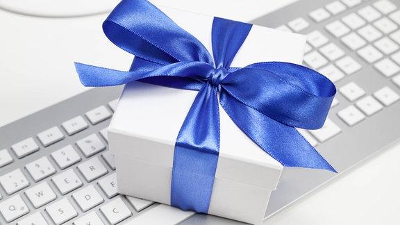 Ein Geschenk auf einer Tastatur