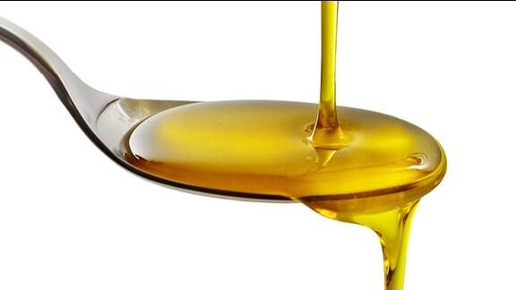Speiseöl läuft auf einen Esslöffel