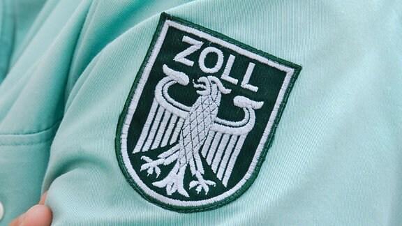 Aufnäher auf dem Hemdsärmel eines deutschen Zollbeamten