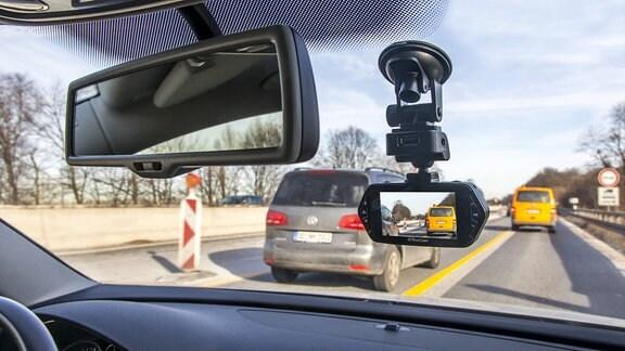Dashcam an der Windschutscheibe eines Autos