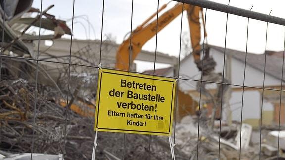 """Schild mit """"Betreten der Baustelle verboten, Eltern haften für ihre Kinder"""""""