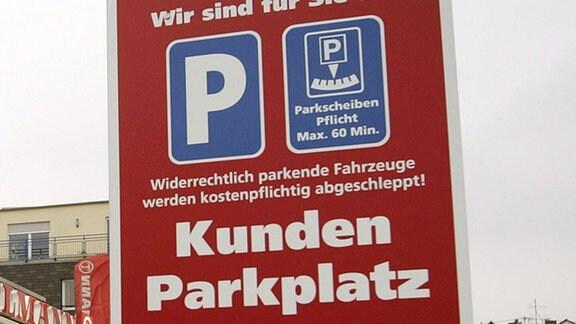 Hinweisschild führt zum Kundenparkplatz.