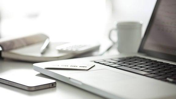 Laptop, Smartphone, Kreditkarte