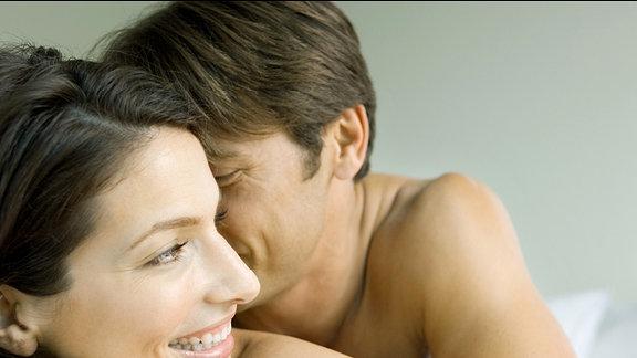 Ein Paar beim kuscheln.