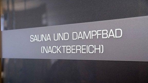 """Schild mit der Aufschrift """"Sauna und Dampfbad (Nacktbereich)""""."""