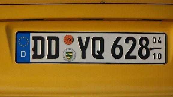 Saisonkennzeichen eines gelben Trabbis in Dresden