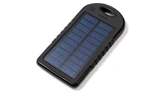 Eine Solarzelle in Form eines Kofferanhängers