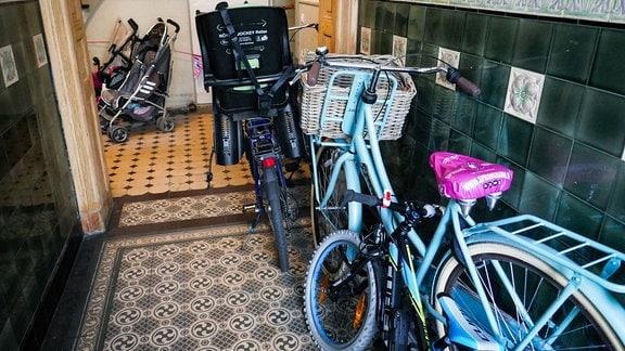 Der Fluchtweg in einem Treppenhaus ist durch Kinderwagen und Fahrräder verstellt.