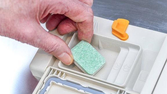 Tab wird in Geschirrspülmaschine eingelegt