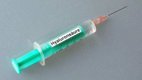 Spritze mit Hyaluronsäure.