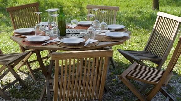 Gartenmöbel und gedeckter Tisch