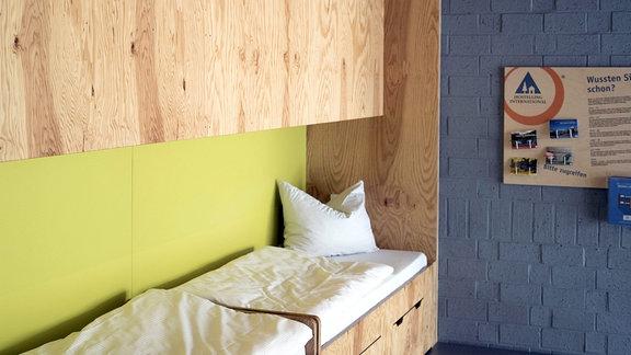 Zimmer mit Bett in einer Jugendherberge.