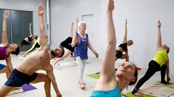 Olga Kawkaskaja unterrichtet eine Yoga-Klasse in einem Bikram-Yoga-Zentrum