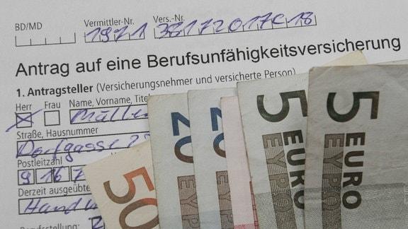Antrag auf eine Berufsunfähigkeitsversicherung und Euroscheine