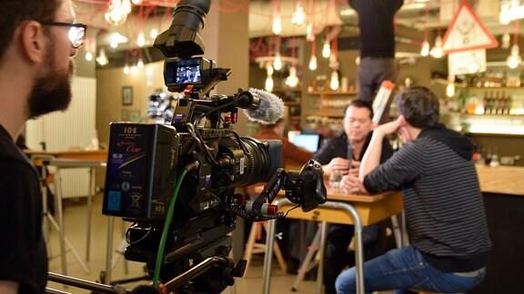 Kameramann Sebastian Narbutas bei Probeaufnahmen für die ersten Interviews