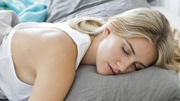 Eine junge blonde Frau schläft