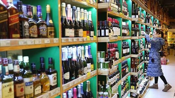 Eine Chinesin kauft in einem Laden in Peking importierten Alkohol ein.