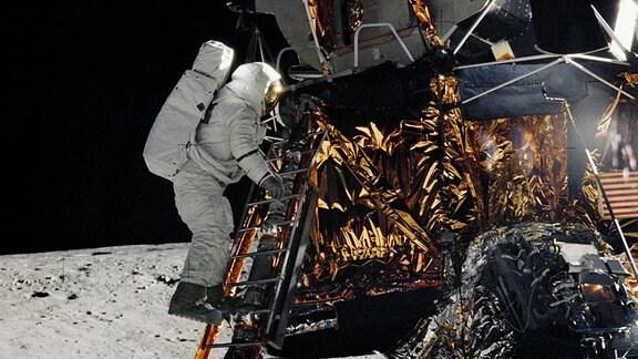 Ein Raumfahrzeug auf dem Mond, ein Astronaut steigt aus