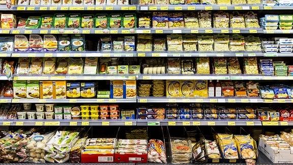 Supermarktregal mit verschiedenen Produkten