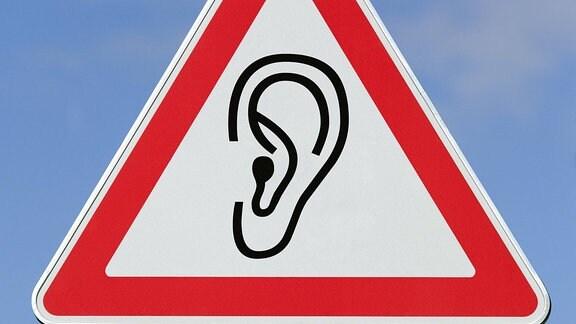 Verkehrsschild mit Piktogramm von einem Ohr
