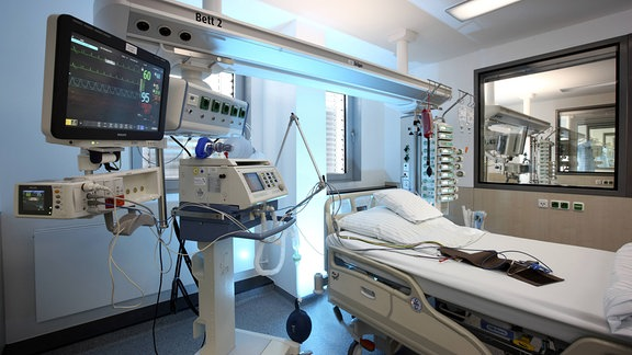 Leeres Patientenbett, bereit für die Aufnahme eines Patienten.