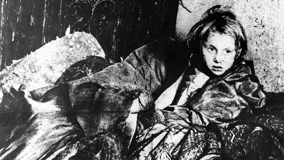 Kleines Mädchen, während des 2. Weltkrieges, im Warschauer Ghetto.