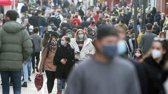 Menschen in der Einkaufsstraße und Fußgängerzone in der Innenstadt von Heidelberg.