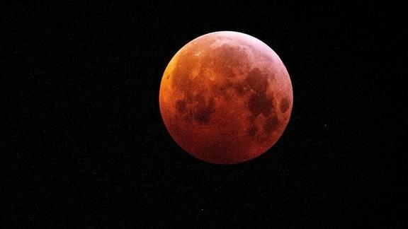 Ein roter Mond.
