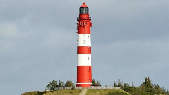 Leuchtturm in der Dünenlandschaft auf der Insel Amrum
