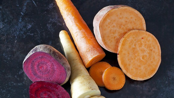 Verschiedene Gemüse in Scheiben geschnitten
