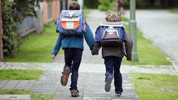 Schulkinder 2010 auf dem Weg nach Hause