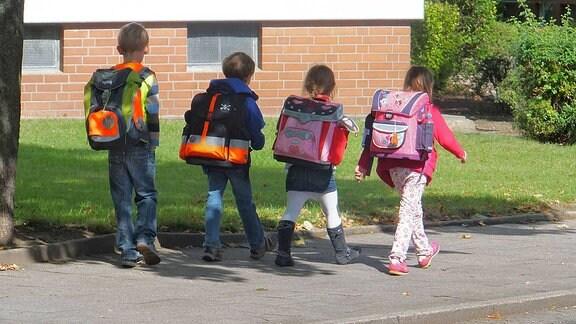 Schulkinder mit Ranzen auf dem Heimweg.
