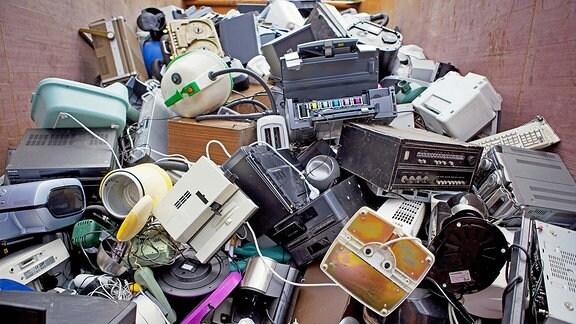 Elektronik-/Elektroschrott auf einem Wertstoffhof in Erfurt
