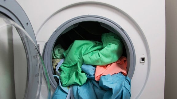 Farbige Wäsche in einer Waschmaschine