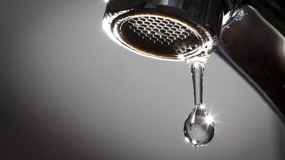 Wassertropfen an einem Wasserhahn.