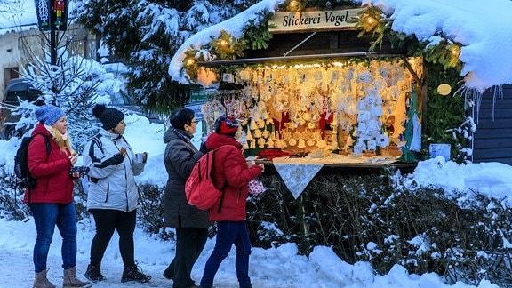 Menschen vor einem Weihnachtsstand