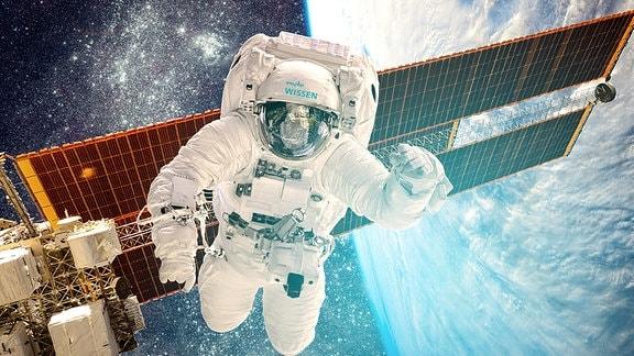Ein Astronaut ist bei einem Spaziergang im Weltall zu sehen. Im Hintergrund befinden sich Solarzellen einer Raumstation, dahinter der Sternenhimmel links und rechts die Erde.