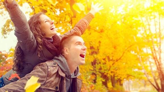 Glückliches Paar im Herbst Park