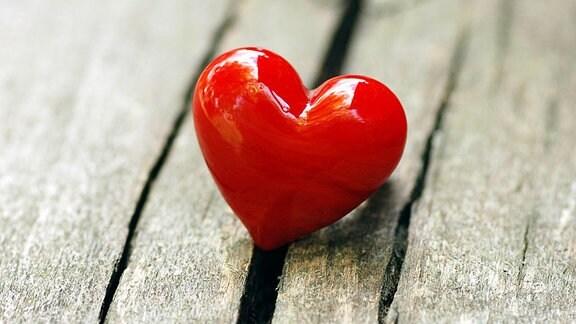 Rotes Herz zum Valentinstag auf altem Holz