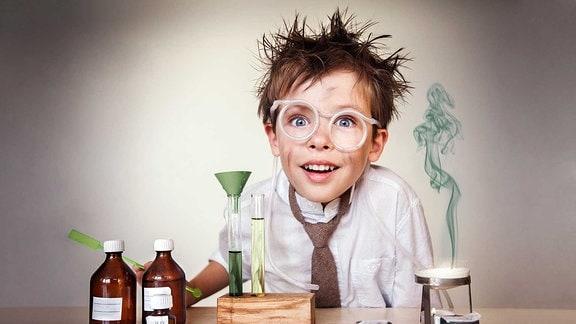 Ein kleiner Junge als Wissenschaftler vor einem Experiment